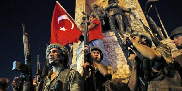 Soldati turchi controllano la zona dove sono in corso manifestazioni a sostegno del presidente turco Recep Tayyip Erdogan in piazza Taksim, a Istanbul (AP Photo/Emrah Gurel)