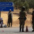 Soldati turchi a un posto di blocco a Diyarbakir, in Turchia, il 26 luglio 2015. (Ph. Ilyas Akengin, Afp)